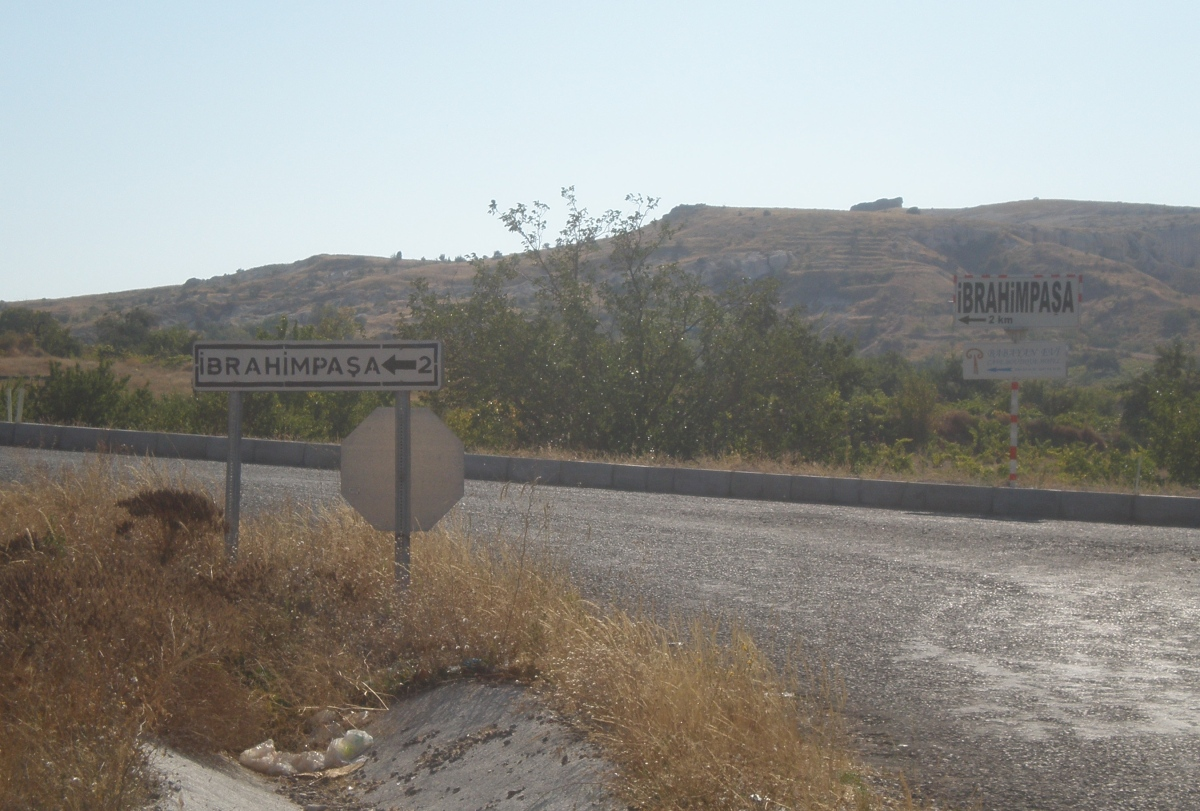 The Ibrahimpaşa turnoff  - coming from Ürgüp, © Tracey Benson 2011