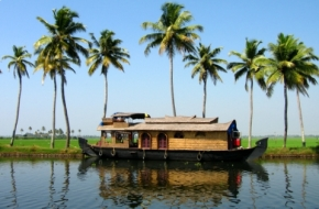 A typical houseboat floating down the backwaters near Alleppey in Kerala. Image Credit: http://wikitravel.org/en/Kerala